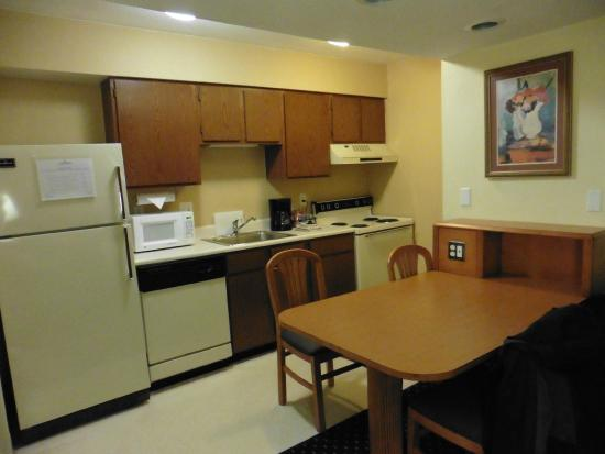 Hawthorn Suites by Wyndham Fort Wayne: full kitchen and dining table