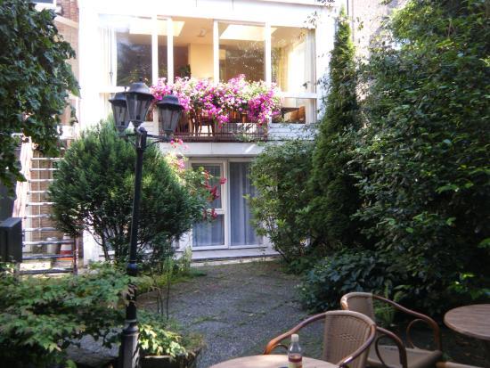 Prinsen Hotel: Jardín interno , la ventana con flores es la del Comedor