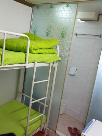 Girls Generation Hostel: Bunk bed and bathroom