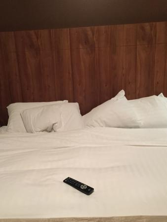 Copper Point Resort: Didn't even bother to fluff the pillows or put the remote away