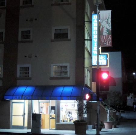 Harborview Inn and Suites: Front, evening