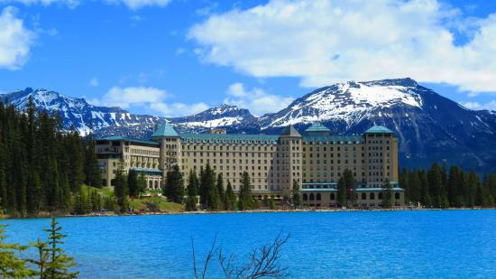 ‪‪Fairmont Chateau Lake Louise‬: The view from the other side of the lake‬