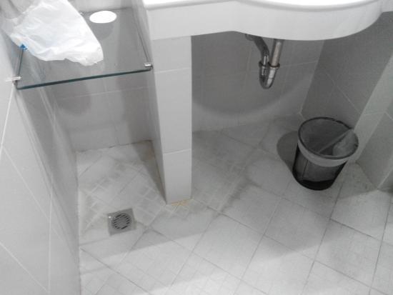 Hotel Dermaga Keluarga: Lantai kamar mandi yg motor