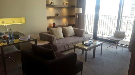 Howard Johnson Parkland Hotel Dalian: Drawing Room with Balcony