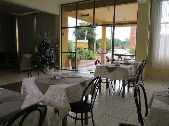 Residencial Lilian: Breakfast in lobby