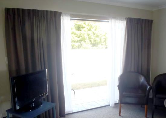 Albert Park Motor lodge: Doors to courtyard: 2 bed unit with spa