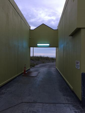 Airport Motel: Vue sur la mer depuis la cour