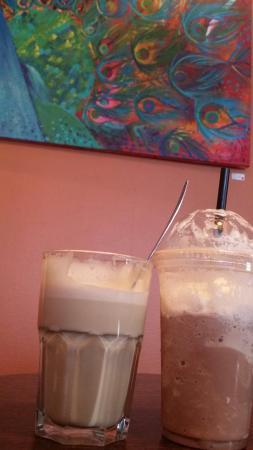 Traktern kaffebar: Vi sitter og nyter kaffe og milkshake mens vi ser på nydelig kunst fra Anne Karoline Ulset Furbe