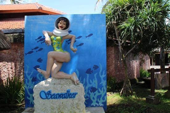 Seawalker Tours: 設施外雕像