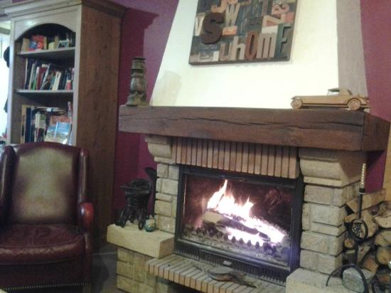 Hostellerie de Rimplas : salon avec cheminée