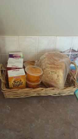 Leafield Cottages: Breakfast, including home baked bread
