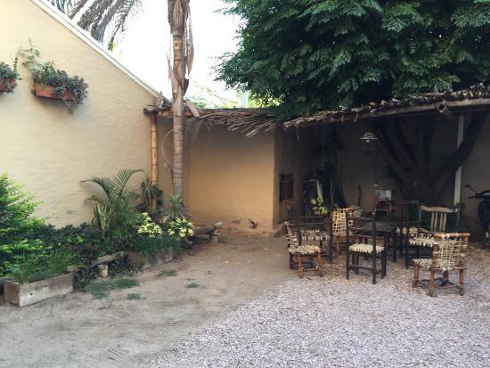 Hotel Sumaj Huasi: Rinconcito al ldo de ls cocheras con sillas de tiento