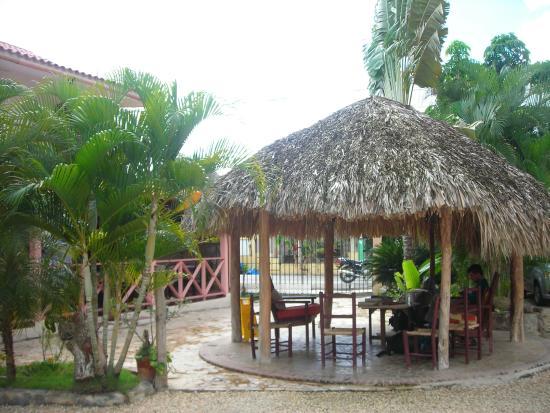 Villa Baya Aparta-Hotel: Relaxing courtyard area