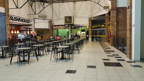 Itajuba, MG: vista da praça de alimentação do Shopping