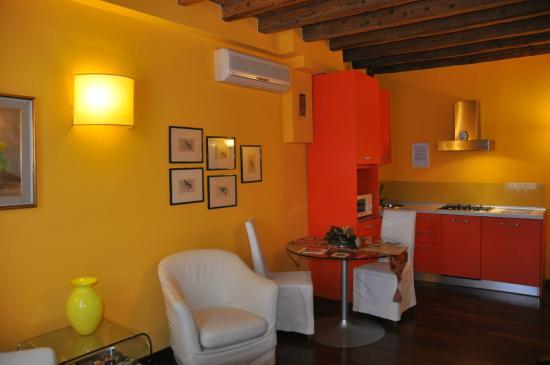 Soggiorno - Cucina con lavastoviglie e lavatrice - Picture of ...