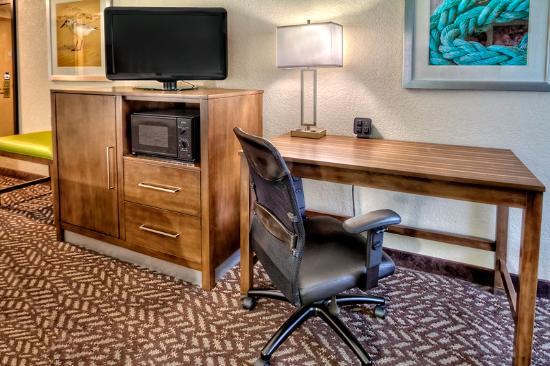 Hampton Inn Beaufort: Desk, Micro, & Fridge in every room
