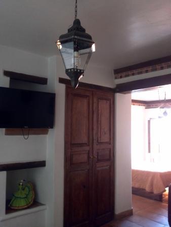 Hotel Real Guanajuato: Vista de la otra habitación. Televisor pantalla plana con canales internacionales