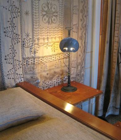 Abat-jour a forma di maschera posta nella camera da letto della ...