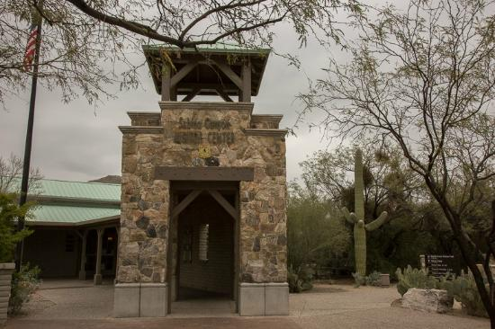 entrance to the visitor center picture of sabino canyon tucson tripadvisor. Black Bedroom Furniture Sets. Home Design Ideas