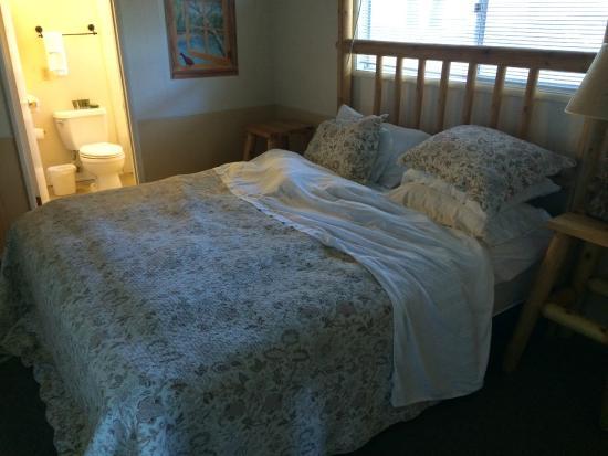 Fireside Lodge: Bedroom, king bed  chalet #19