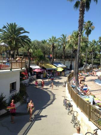 Camping La Baume - Residence La Palmeraie: Shop & pool at main entrance