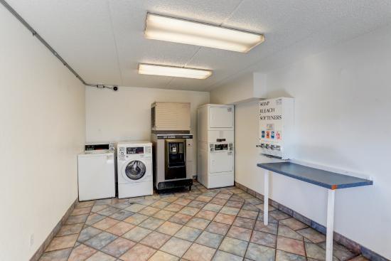 Motel 6 Memphis Downtown: Laundry