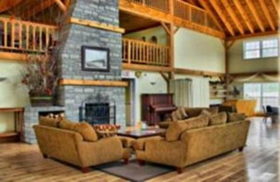 Timber House Resort: Fireplace with nice comfy couches
