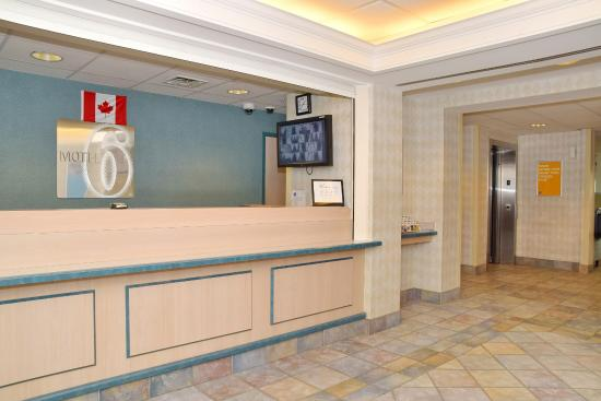 Motel 6 Whitby: Lobby