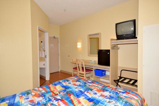 Motel 6 Whitby: Guest Room
