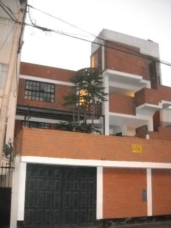 Casa Bella Miraflores: La parte trasera del hotel. La superior izquierda es ruidosa.