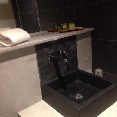 Hotel la Fontaine : Salle de bain renovée