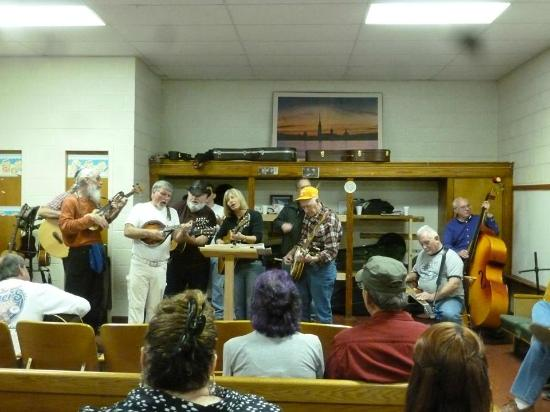 Walland, TN: Great Group of talented musicians and the lady singer was awesome