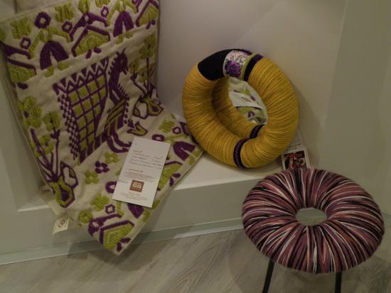 Foto de la terra di patika tortoli lana gialla e viola per