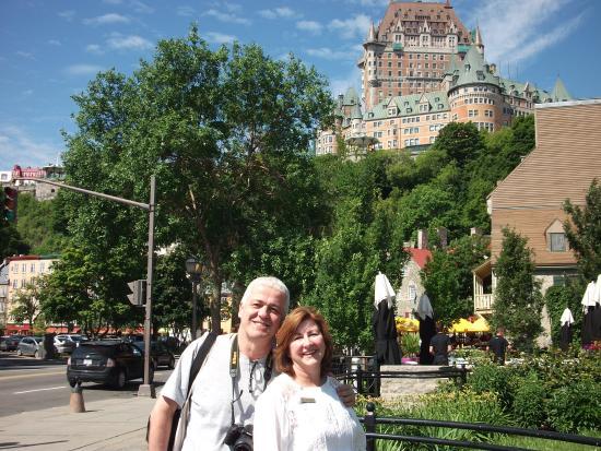 Saint-Romain, Kanada: O castelo no alto da montanha e em primeiro plano eu com uma amiga canadense