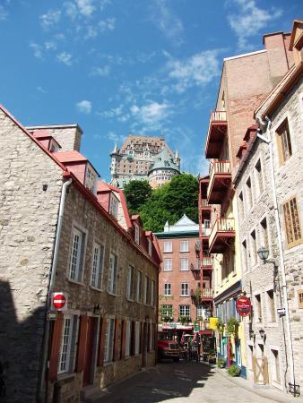 Saint-Romain, Kanada: O castelo no alto da montanha visto por viela da Old Quebec