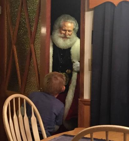 Arrowhead Pine Rose Cabins: Magical visit with Santa. AMAZING!