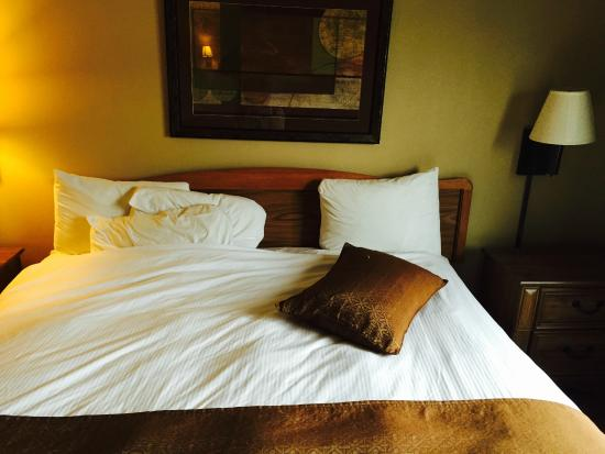 Expressway Suites: The bed as made by housekeeping