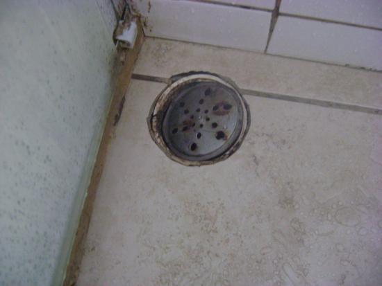 Conde Hotel: Paredes do banheiro encardida