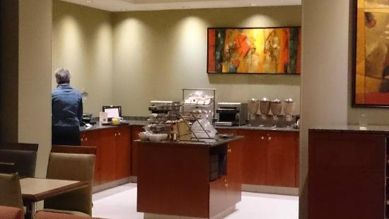 Fairfield Inn & Suites by Marriott Montreal Airport: Food counter for morning breakfast