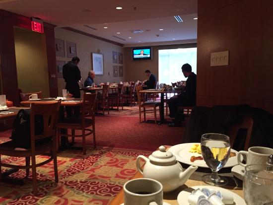 Hilton Garden Inn Tysons Corner: Breakfast room!