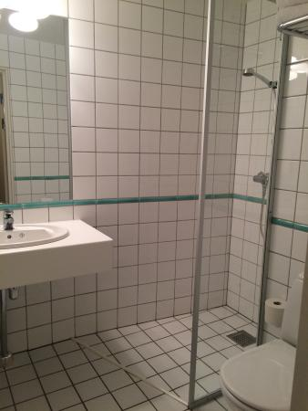 Clarion Collection Hotel Grand Bodo: nice, functional bathroom with heated floor