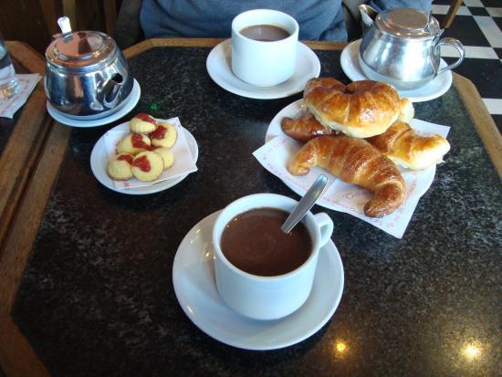 Cafe de la Ciudad : Chocolate quente com media lunas