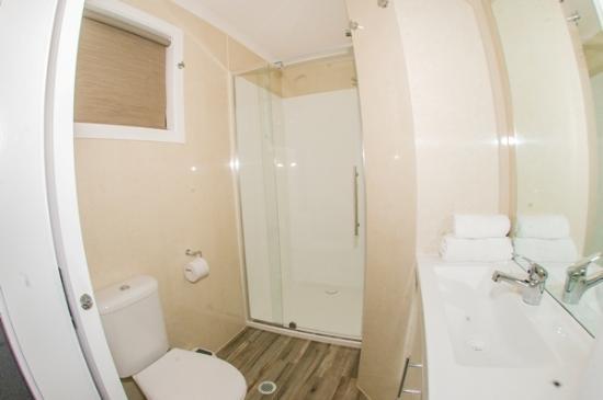 Seabreeze Tourist Park Airlie Beach : Bungalow bathroom