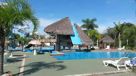 Piscina com bar molhado picture of parque aquatico for Piscinas oporto