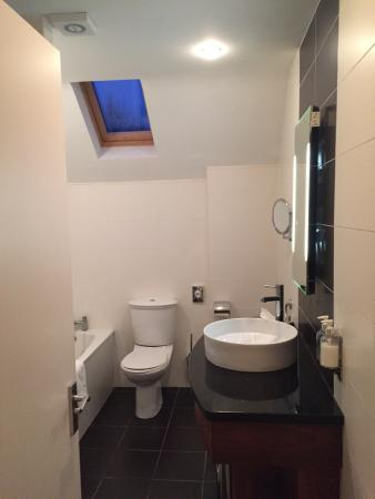 Kenmare Bay Holiday Homes & Lodges: Bathroom adjoining front bedroom