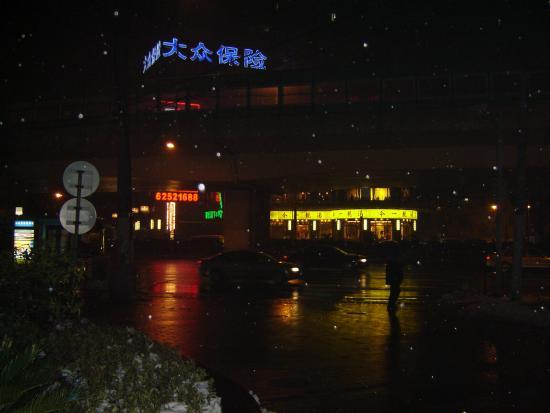 Rayfont Hongqiao Hotel & Apartments Shanghai: Decent restaurant across Yan'an Rd. from the Rayfont.