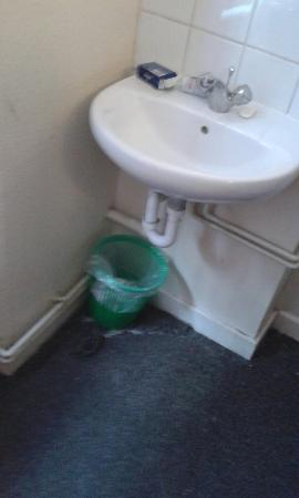 The Londonears Hostel: lavabo in camera