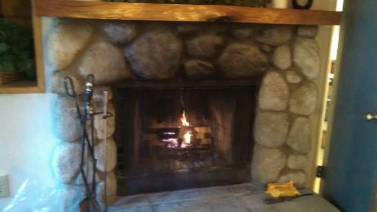 Fireside Inn: Fireplace in Racoon's Retreat