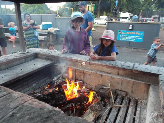 Hastings Top 10 Holiday Park: Roasting marshmallows