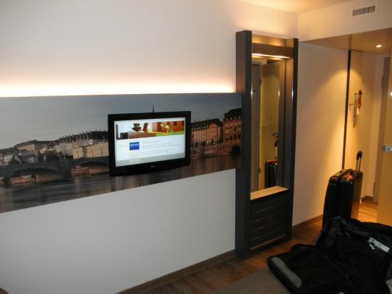 Dorint An der Messe Basel: Flatscreen TV and vanity